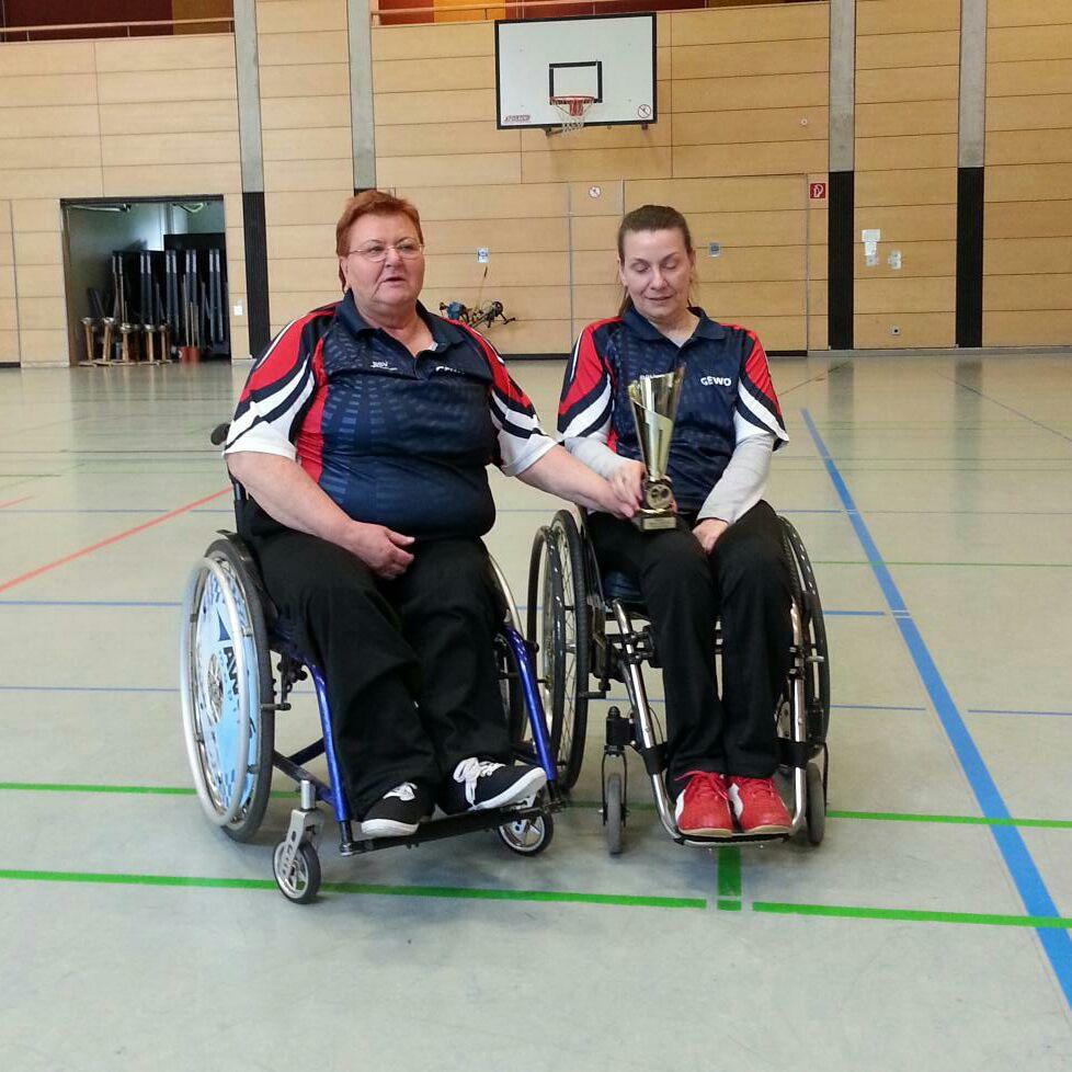 Ute Schenk (l.) und Katharina Kurras (BSV Wismar) - MeisterInnen Oberliga Nord Saison 2015/16 im Rollstuhl-Tischtennis